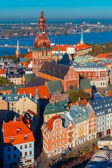 Widok z lotu ptaka starego miasta i dźwiny, ryga, łotwa