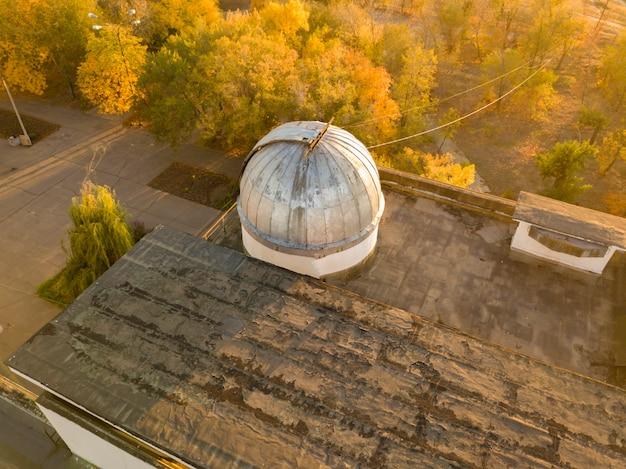 Widok z lotu ptaka starej kopuły obserwatorium z teleskopem wewnątrz