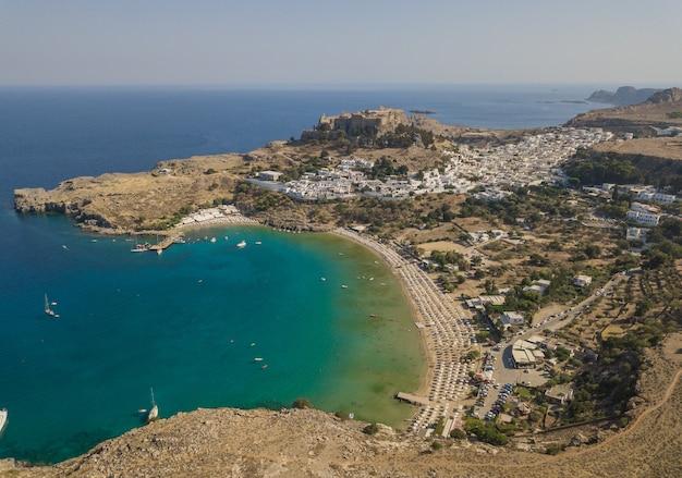 Widok z lotu ptaka starożytnego akropolu i wioski lindos, rodos, grecja