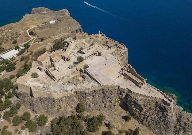 Widok z lotu ptaka starożytnego akropolu lindos, rodos, grecja