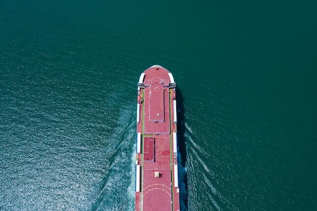 Widok z lotu ptaka statek ro-ro ładowanie nowych samochodów. samochodowe kontenerowce żeglujące po morzu eksportują handel międzynarodowy