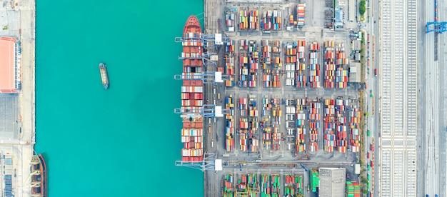 Widok z lotu ptaka statek towarowy firmy logistyka transport fracht morski, statek towarowy, kontener ładunkowy w porcie fabrycznym na terenie przemysłowym na eksport do importu na całym świecie