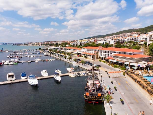 Widok z lotu ptaka statków i jachtów w przystani portu morskiego sveti vlas w bułgarii