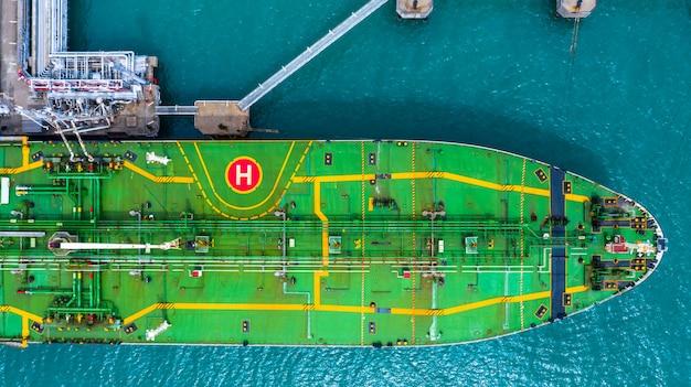Widok z lotu ptaka statku tankowca w porcie, terminal naftowy to obiekt przemysłowy do przechowywania ropy naftowej