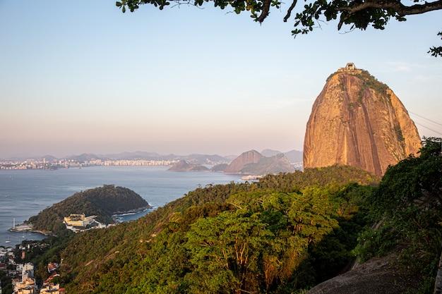 Widok z lotu ptaka sugar loaf, corcovado i guanabara zatoka, rio de janeiro, brazylia
