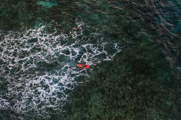 Widok z lotu ptaka surfer w oceanie