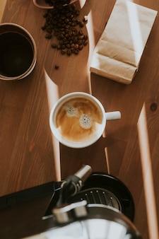 Widok z lotu ptaka świeżej kawy w filiżance