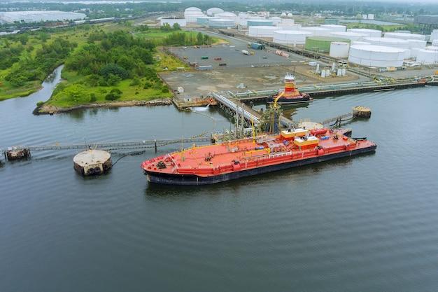 Widok z lotu ptaka tankowca do przewozu ładunków przemysłowych, na systemie bezpieczeństwa rur w terminalu magazynowym ropy naftowej