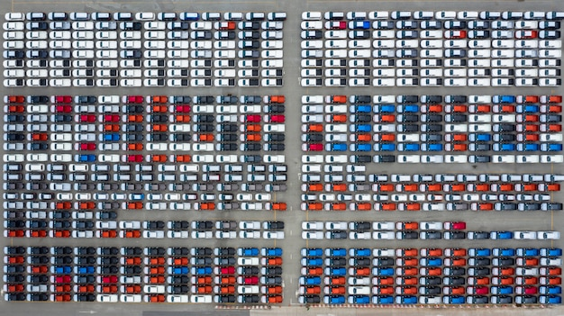 Widok z lotu ptaka terminal eksportu nowych samochodów, nowe samochody czekają na eksport w głębokim porcie morskim.