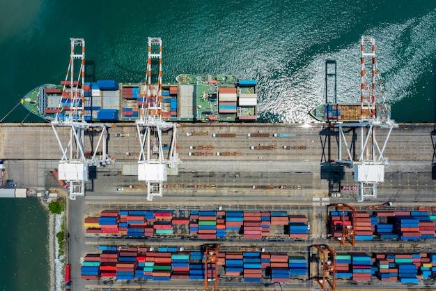 Widok z lotu ptaka terminale kontenerowe i kontenery załadunkowe