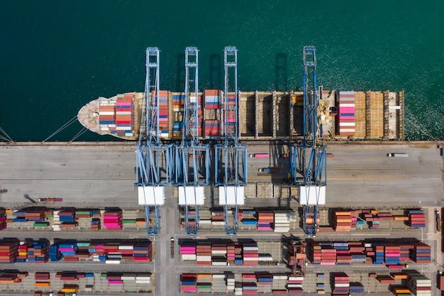 Widok z lotu ptaka terminale kontenerowe i wysyłkowe kontenery załadunkowe
