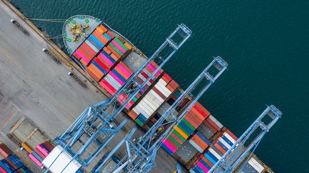 Widok z lotu ptaka terminalu statku towarowego, dźwig rozładunkowy terminalu statku towarowego, widok z lotu ptaka portu przemysłowego z kontenerami i kontenerowcem.