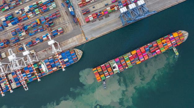 Widok z lotu ptaka terminalu statku towarowego, dźwig rozładunkowy terminalu statku towarowego, widok z lotu ptaka portu przemysłowego z kontenerami.