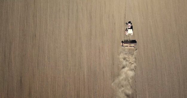 Widok z lotu ptaka traktor w polu.