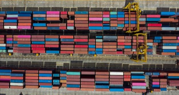 Widok z lotu ptaka transport międzynarodowy kontenerów, biznes logistyczny