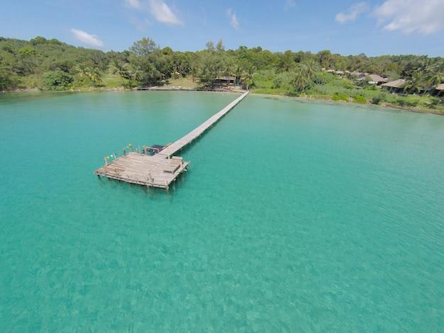 Widok z lotu ptaka tropikalna wyspa w turkusowej wodzie. luksusowe wille nad wodą na tropikalnej wyspie kood