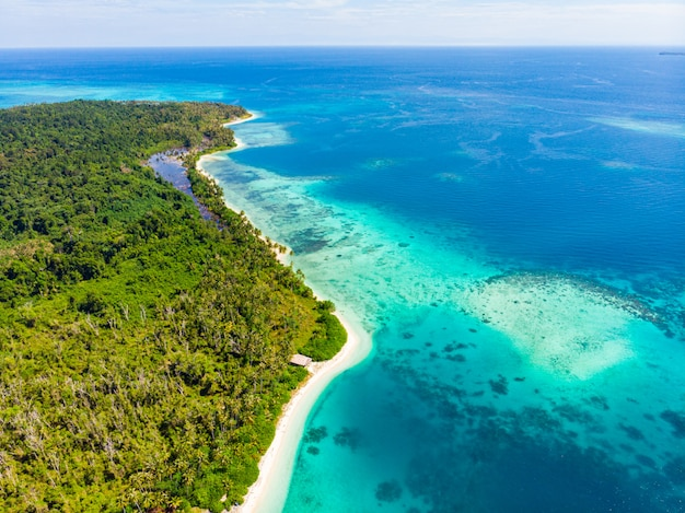 Widok z lotu ptaka tropikalnego raju dziewiczej plaży. lasy deszczowe i rafa koralowa blue lagoon bay