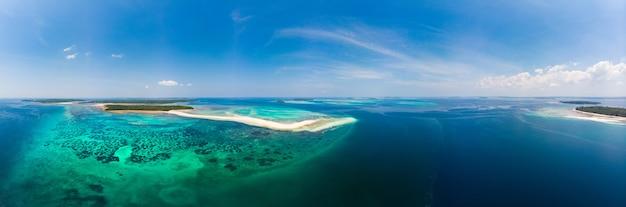 Widok z lotu ptaka tropikalnej plaży wyspy rafy morze karaibskie. biały piasek bar snake island, indonezja archipelag moluccas, wyspy kei, morze banda, cel podróży, najlepsze nurkowanie z rurką