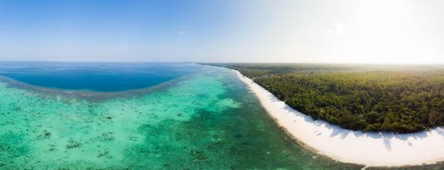 Widok z lotu ptaka tropikalnej plaży wyspy rafy morze karaibskie. indonezja archipelag moluków, wyspy kei, morze banda. najlepsze miejsce podróży, najlepsze nurkowanie z rurką, wspaniała panorama.