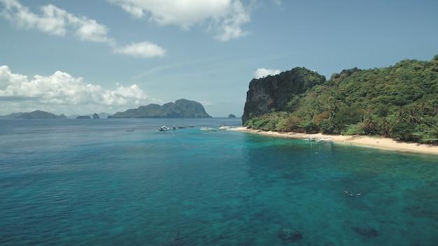 Widok z lotu ptaka tropikalnej rajskiej wyspie z białą piaszczystą plażą na wybrzeżu zatoki morskiej