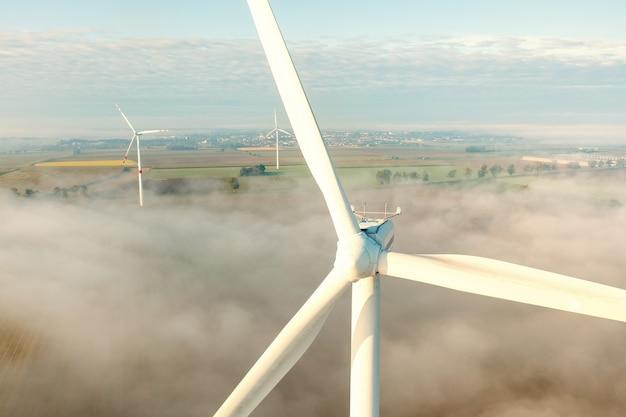 Widok z lotu ptaka turbiny wiatrowej we mgle, środowisku, energii odnawialnej, energetyce, letnim krajobrazie, drone