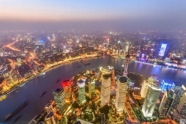 Widok z lotu ptaka w centrum szanghaj linia horyzontu przy zmierzchem w chiny