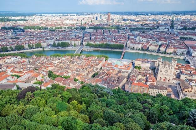 Widok z lotu ptaka w lyonie ze wzgórza basilique de fourviere. francja