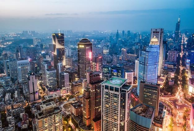 Widok z lotu ptaka w nocy nowoczesnych budynków miejskich w nanjing