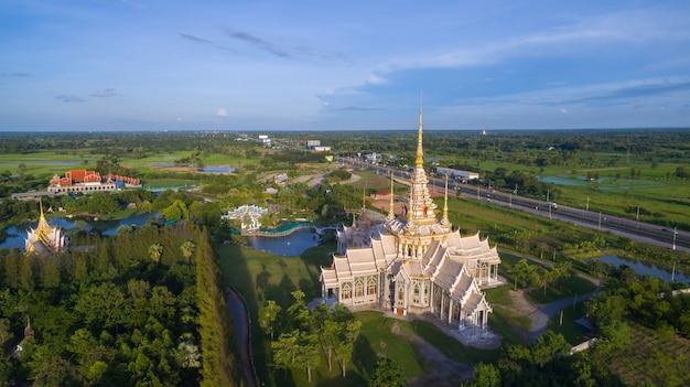 Widok z lotu ptaka wat none kum w nakhon ratchasima prowinci tajlandia.