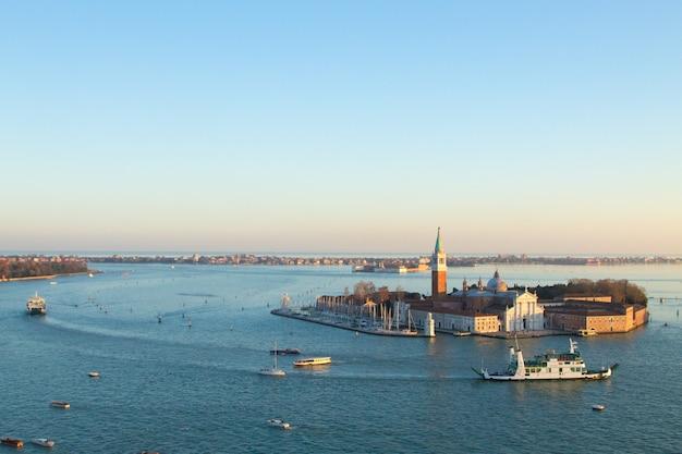 Widok z lotu ptaka wenecji o świcie, włochy. widok kościoła san giorgio maggiore. włoski punkt orientacyjny