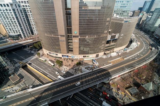 Widok z lotu ptaka wiadukt z tłumu samochodów i pieszych skrzyżowania ginza ruchu w tokio