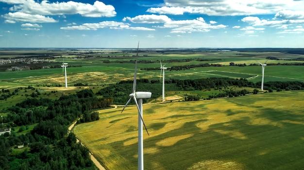 Widok z lotu ptaka wiatraki do produkcji energii elektrycznej