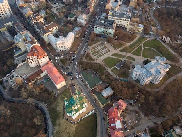 Widok z lotu ptaka widok krajobrazu starej dzielnicy podola z kościołem św. andrzeja w mieście kijów, ukraina. zdjęcie drona