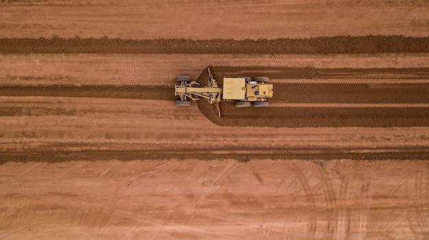 Widok z lotu ptaka widok z góry ciągnika w pracy