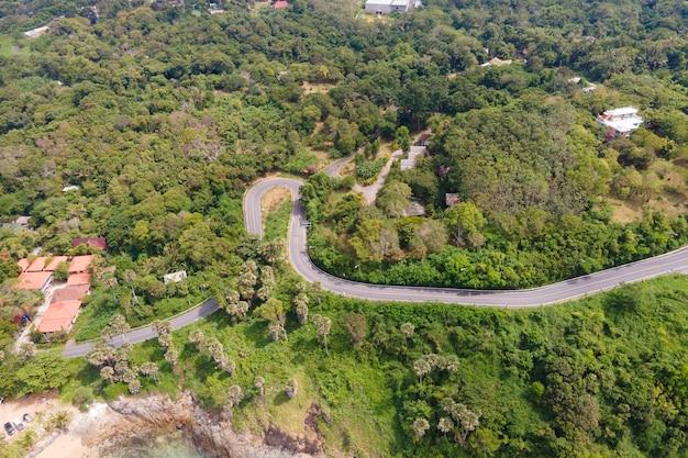 Widok z lotu ptaka widok z góry drona widok na krajobraz drogi i drzewa