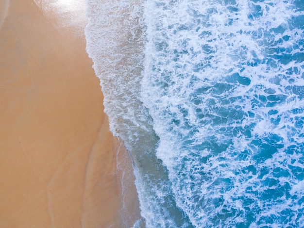 Widok z lotu ptaka widok z góry. niesamowita przyroda scena przyrody widok z lotu ptaka drona. widok z góry surfować na piaszczystej plaży w przyrodzie. obszar przestrzeni piasku na plaży. miejsce na kopię piasku. koncepcja przyrody i tła.