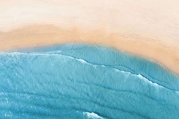Widok z lotu ptaka, widok z góry, niesamowita ściana przyrody. kolor wody i pięknie jasny.