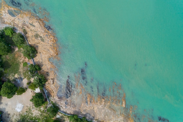 Widok z lotu ptaka widok zdjęcia drona z pejzaż morski z falami rozbijającymi się na skale