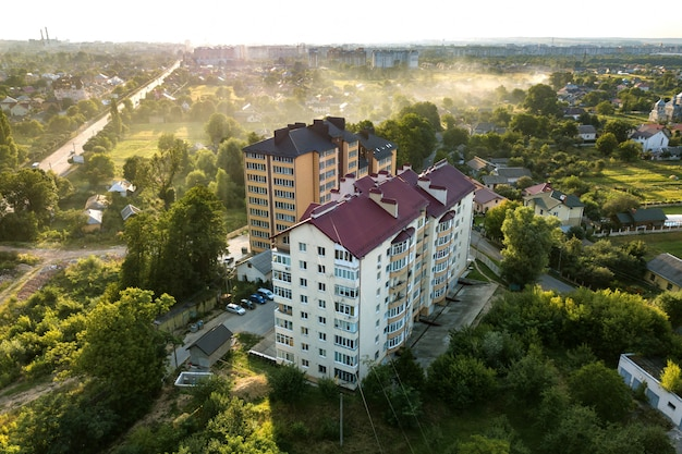 Widok z lotu ptaka wielopiętrowych budynków mieszkalnych w zielonej dzielnicy mieszkalnej.