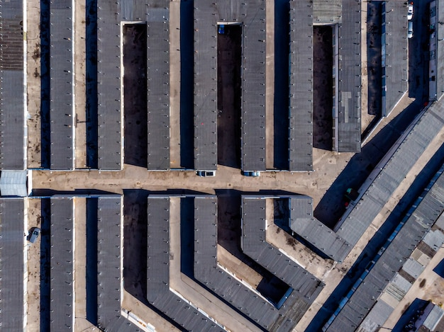 Widok z lotu ptaka wielu betonowych garaży na parkingi samochodowe