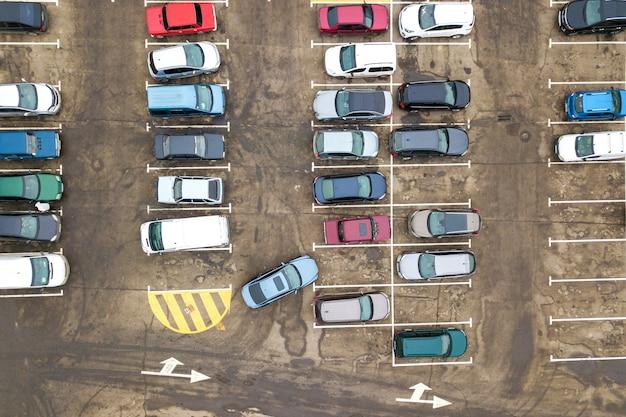 Widok z lotu ptaka wielu samochodów na parkingu w supermarkecie lub na rynku dealera samochodów sprzedaży.