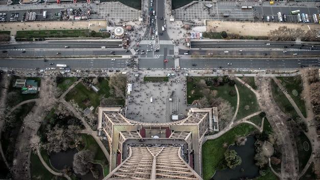 Widok z lotu ptaka wieży eiffla w ciągu dnia z dużą ilością samochodów