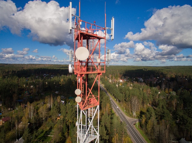 Widok z lotu ptaka wieży telekomunikacyjnej z wieloma antenami i nadajnikami danych