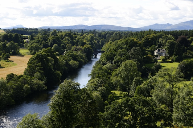 Widok z lotu ptaka willa wśród drzew na francuskiej wsi w pobliżu rzeki.