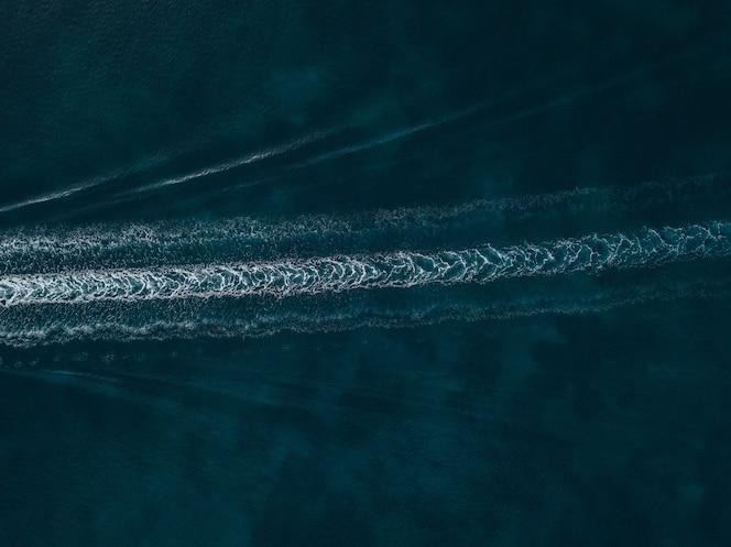 Widok z lotu ptaka woda wlec na błękitnym pięknym morzu