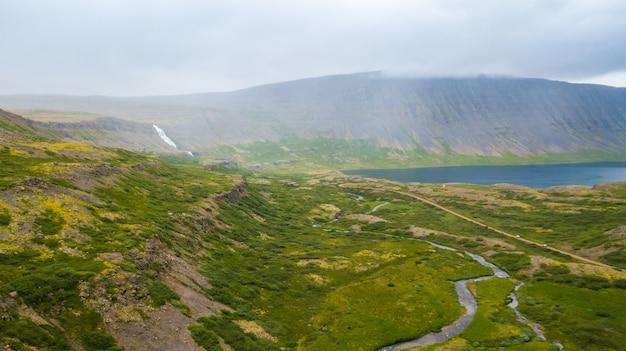 Widok z lotu ptaka wodospad dynjandi na zachodnich fiordach islandii, w okresie letnim