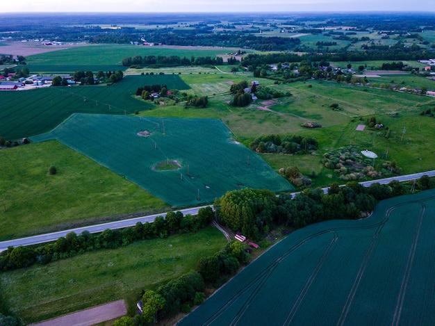 Widok z lotu ptaka wsi wiejskiej, ciepły letni wieczór