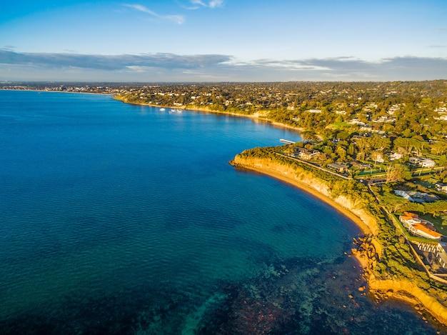Widok z lotu ptaka wybrzeża półwyspu mornington o zachodzie słońca. melbourne, victoria, australia