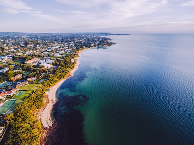 Widok z lotu ptaka wybrzeża zatoki port phillip z luksusowymi domami i długimi plażami w australii