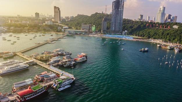 Widok z lotu ptaka wycieczka turysyczna port w pattaya, tajlandia
